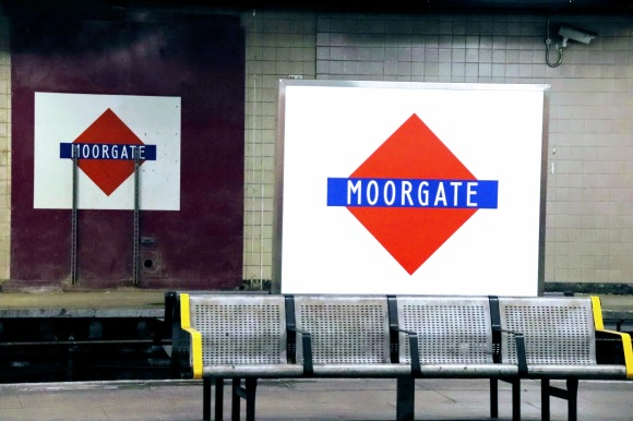 Colour: red diamond with a blue rectangle through the middle with white letteringn 'Moorgate'